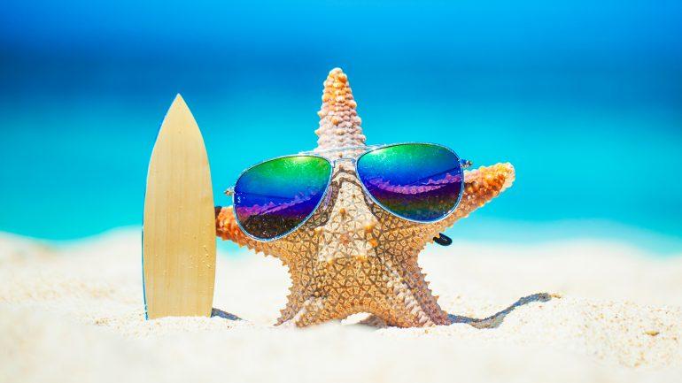 surfender seestern mit surfbrett und sonnenbrille