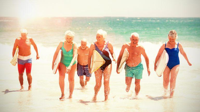 senioren beim surfen mit surfbrettern
