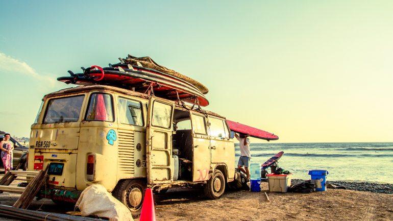 surfmobil mit surfboards am dach