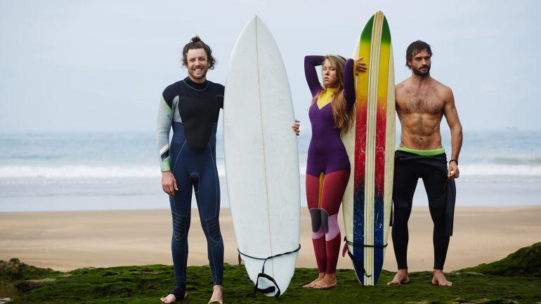 3 surfer posieren im neoprenanzug