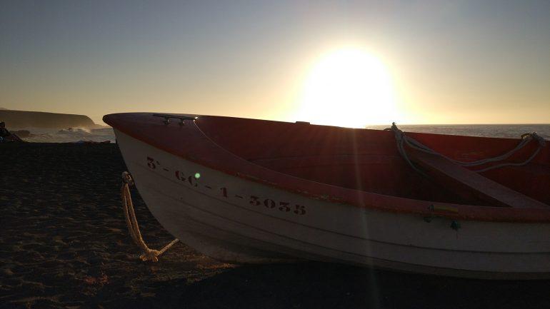 Fischerboot im Sonnenuntergang Fuerteventuras