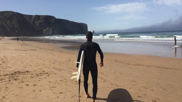 im ripcurl neoprenanzug surfen am arrifana beach