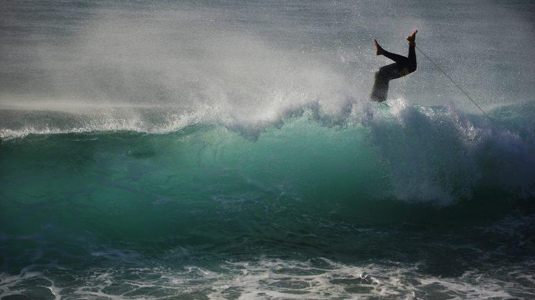 surfer fliegt in Welle fail crash