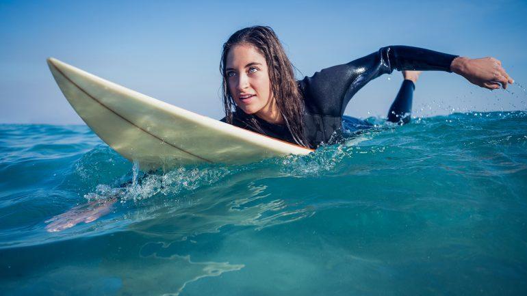 coole surferin paddelt richtig tipps und tricks surf coaching