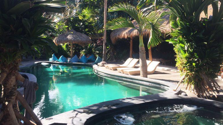 Pool und Relax Area im Kima Surfcamp auf Bali