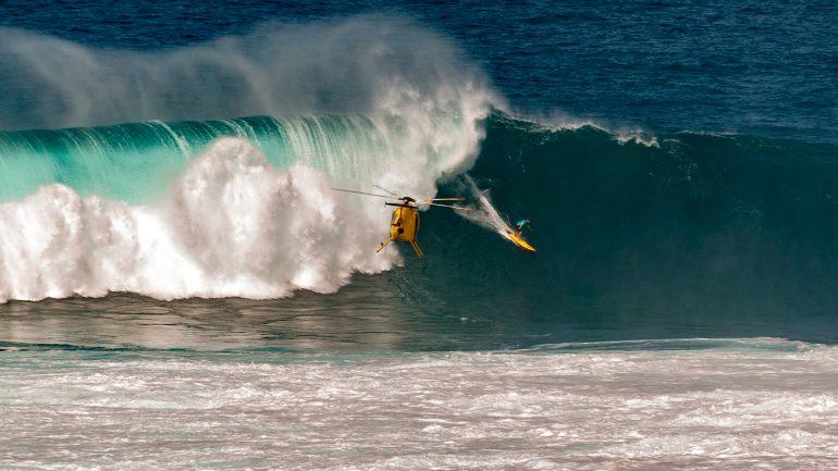 professioneller surfer mit helikopter - 5 Fragen an surfprofi die du dich nicht zu stellen traust
